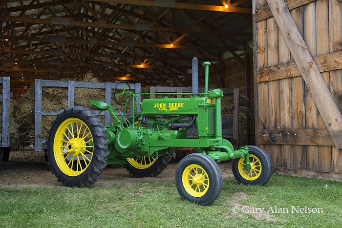 antique tractor,john deere,vintage tractor, photo